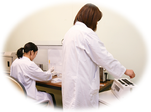 食材入荷時の温度管理や定期的な衛生講習会を開催、外部検査機関による工場監査も年に4回受けており、積極的な衛生管理活動に取り組んでおります。